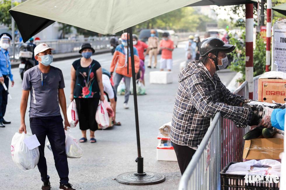 Hà Nội: Người dân khu phong tỏa kêu thiếu lương thực, bên ngoài ùn ùn tiếp tế - Ảnh 9.