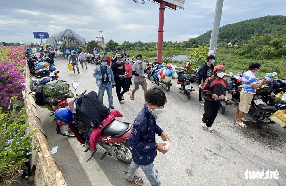 Nghệ An cấp tốc mở lều dã chiến xét nghiệm nhanh cho người dân về quê bằng xe máy - Ảnh 10.