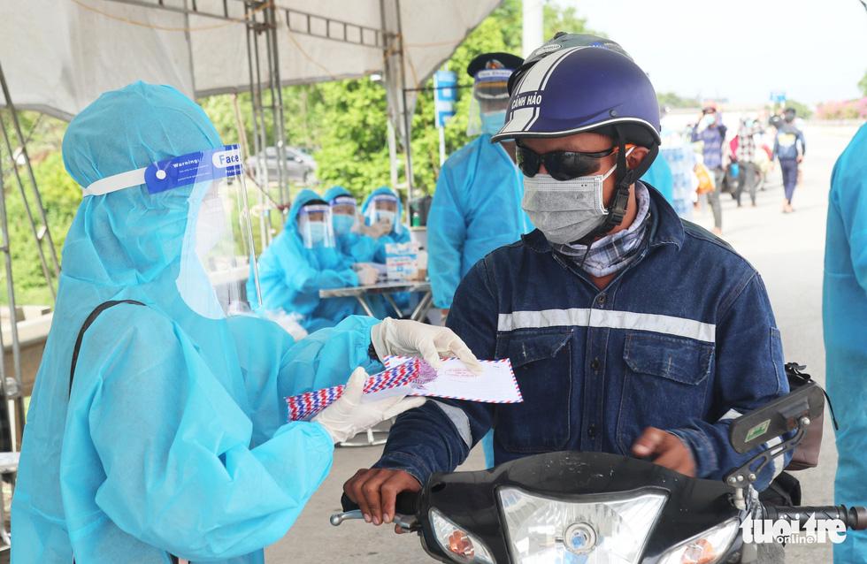 Nghệ An cấp tốc mở lều dã chiến xét nghiệm nhanh cho người dân về quê bằng xe máy - Ảnh 8.