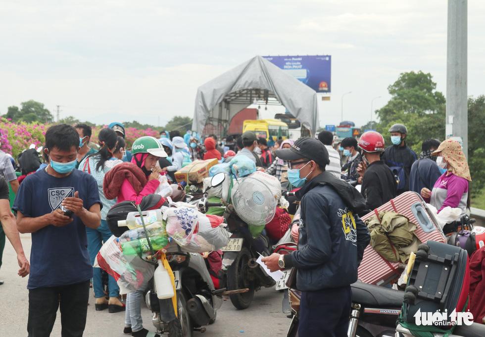 Nghệ An cấp tốc mở lều dã chiến xét nghiệm nhanh cho người dân về quê bằng xe máy - Ảnh 5.