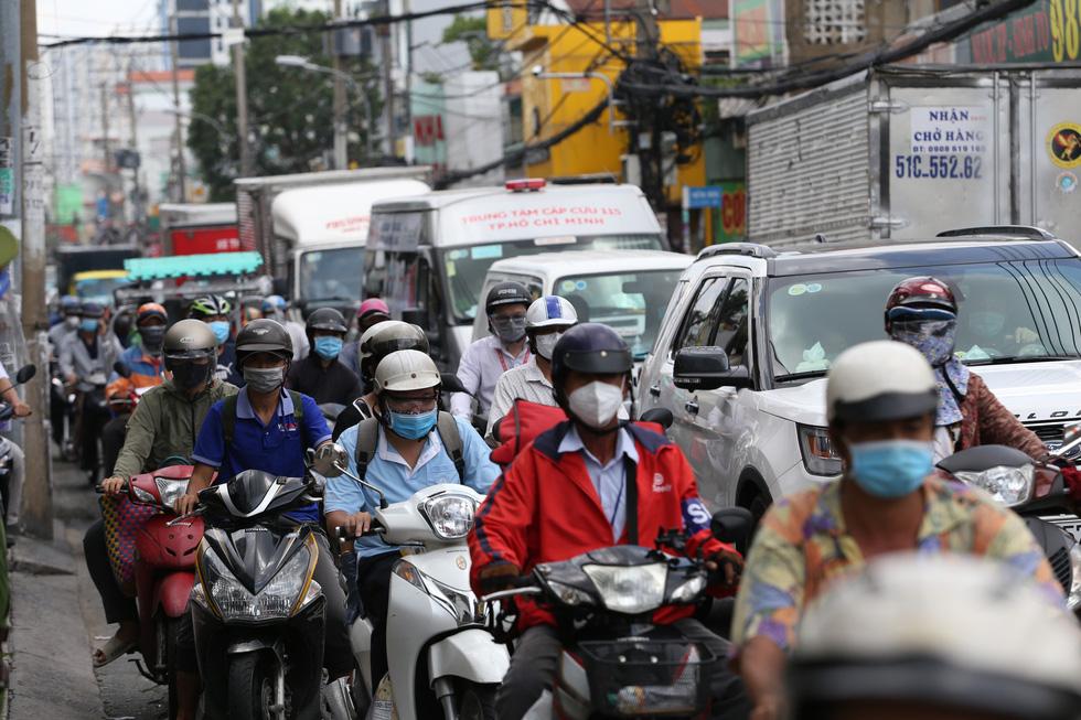 Xe đông nườm nượp, cảnh sát giao thông mất 6 giờ điều tiết một ngã tư tại TP.HCM - Ảnh 2.