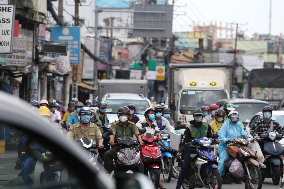 Xe đông nườm nượp, cảnh sát giao thông mất 6 giờ điều tiết một ngã tư tại TP.HCM - Ảnh 3.