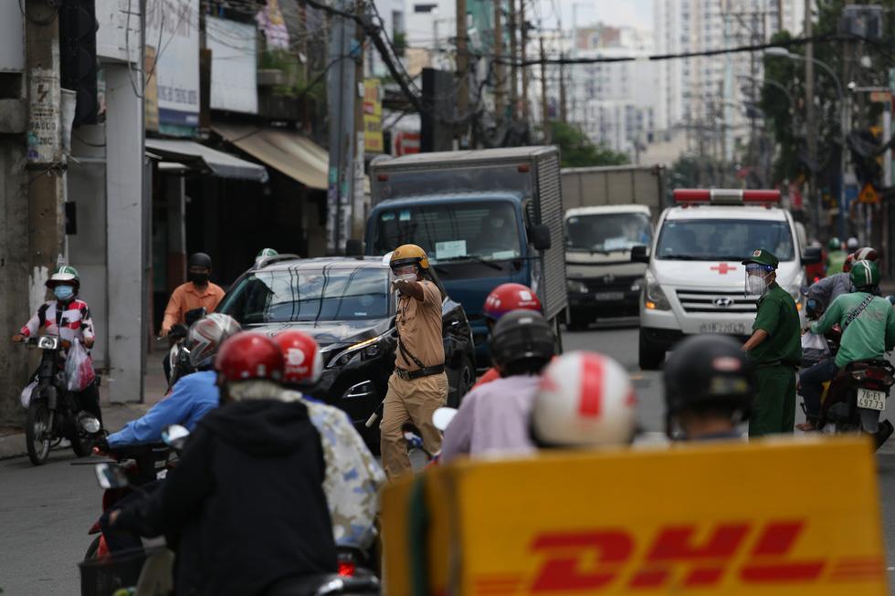 Xe đông nườm nượp, cảnh sát giao thông mất 6 giờ điều tiết một ngã tư tại TP.HCM - Ảnh 4.