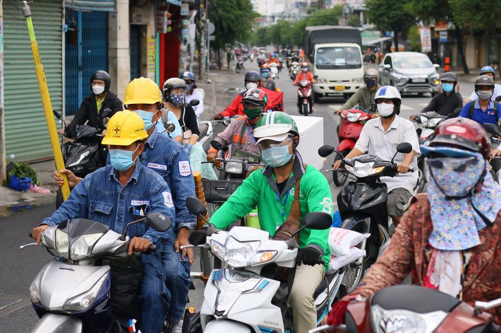 Xe đông nườm nượp, cảnh sát giao thông mất 6 giờ điều tiết một ngã tư tại TP.HCM - Ảnh 6.