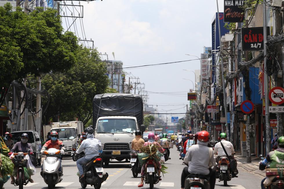 Xe đông nườm nượp, cảnh sát giao thông mất 6 giờ điều tiết một ngã tư tại TP.HCM - Ảnh 5.