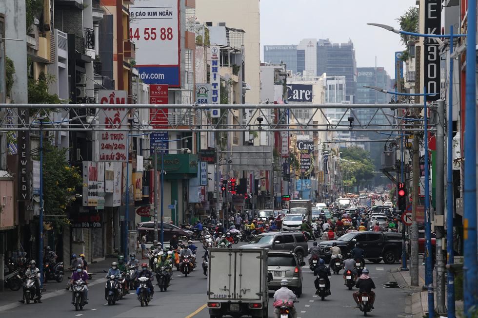 Xe đông nườm nượp, cảnh sát giao thông mất 6 giờ điều tiết một ngã tư tại TP.HCM - Ảnh 1.