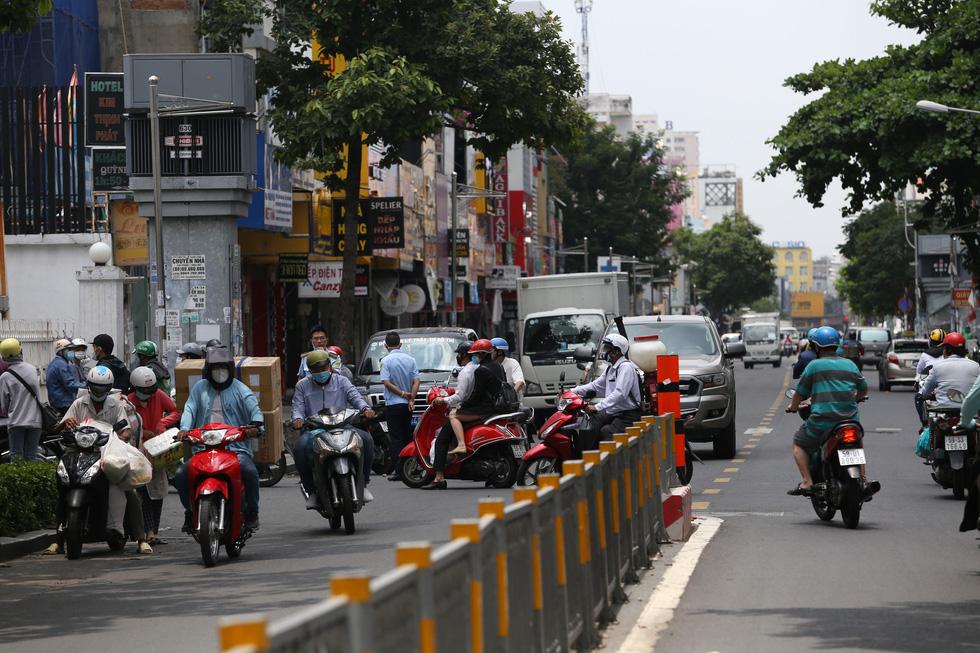 Xe đông nườm nượp, cảnh sát giao thông mất 6 giờ điều tiết một ngã tư tại TP.HCM - Ảnh 7.