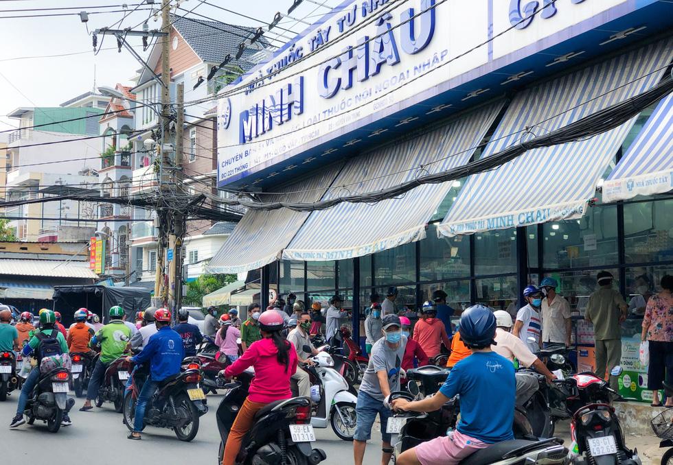 TP.HCM sáng 21-8 đường sá, nhà thuốc đông nghịt người, có nơi chốt kiểm soát phải xả trạm - Ảnh 4.