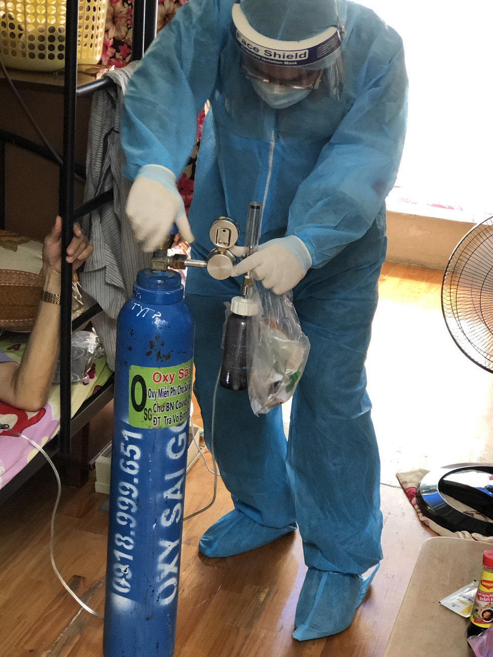 Bác sĩ quân y ôm bình oxy chạy trong hẻm nhỏ cấp cứu bệnh nhân F0 - Ảnh 6.