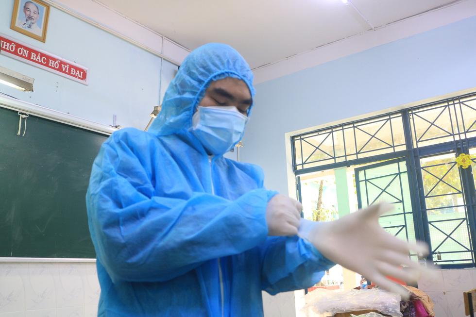 Bác sĩ quân y ôm bình oxy chạy trong hẻm nhỏ cấp cứu bệnh nhân F0 - Ảnh 3.