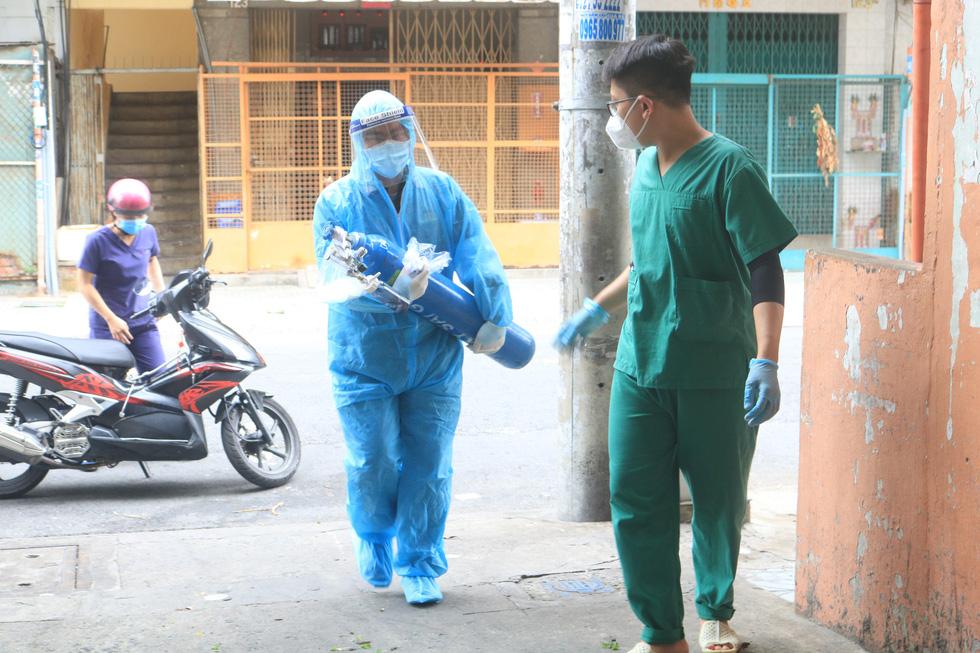 Bác sĩ quân y ôm bình oxy chạy trong hẻm nhỏ cấp cứu bệnh nhân F0 - Ảnh 5.