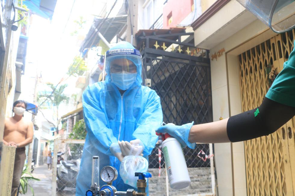 Bác sĩ quân y ôm bình oxy chạy trong hẻm nhỏ cấp cứu bệnh nhân F0 - Ảnh 7.