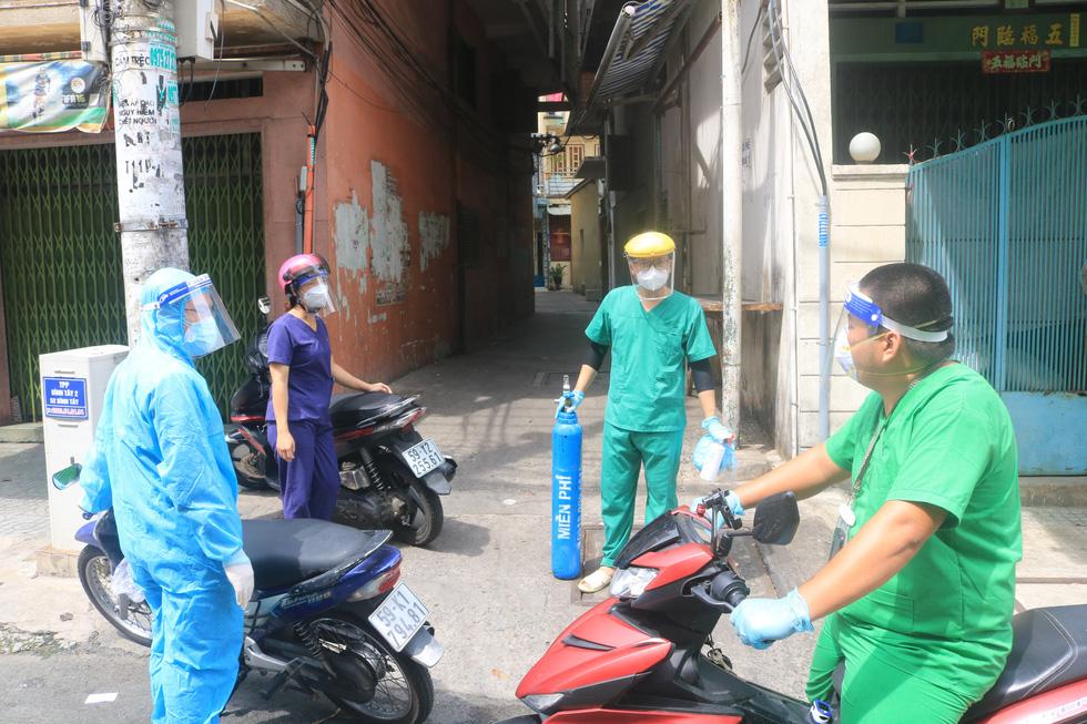Bác sĩ quân y ôm bình oxy chạy trong hẻm nhỏ cấp cứu bệnh nhân F0 - Ảnh 8.