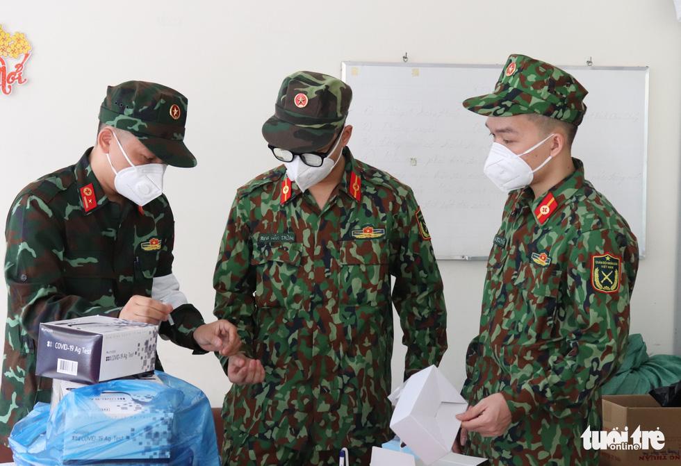 Khoác đồ bảo hộ, chiến sĩ Học viện Quân y tận tình hướng dẫn người dân TP.HCM test nhanh tại nhà - Ảnh 3.