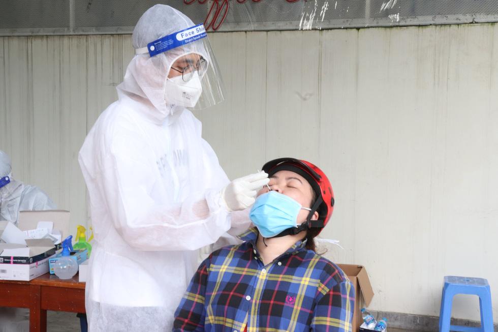TP.HCM: Xét nghiệm nhanh vùng nguy cơ cao, phát hiện nhiều ca nghi nhiễm - Ảnh 7.