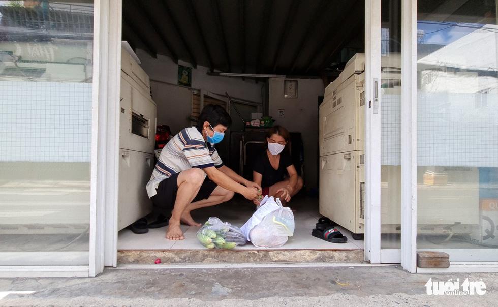 Cán bộ phường, tình nguyện viên cùng đi chợ hộ, mang thực phẩm đến tận nhà dân - Ảnh 17.