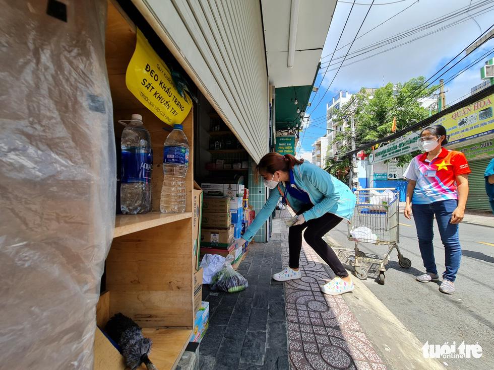 Cán bộ phường, tình nguyện viên cùng đi chợ hộ, mang thực phẩm đến tận nhà dân - Ảnh 5.