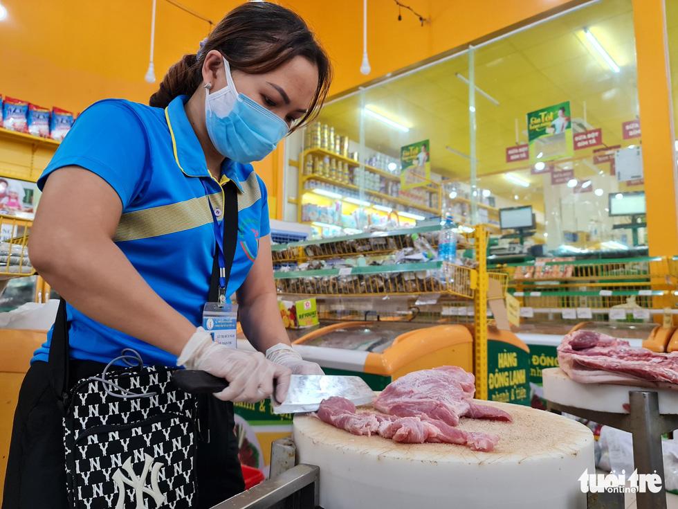 Cán bộ phường, tình nguyện viên cùng đi chợ hộ, mang thực phẩm đến tận nhà dân - Ảnh 12.