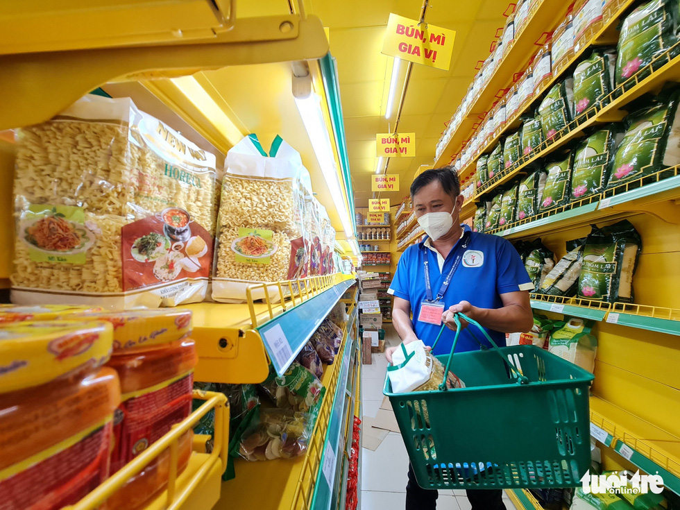 Cán bộ phường, tình nguyện viên cùng đi chợ hộ, mang thực phẩm đến tận nhà dân - Ảnh 11.