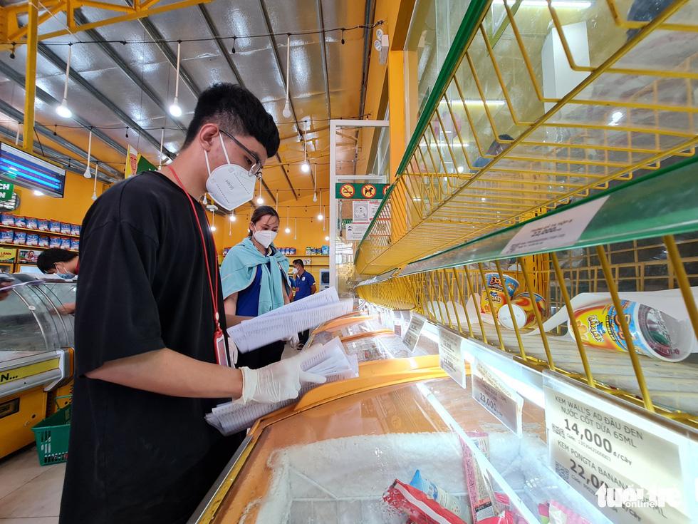Cán bộ phường, tình nguyện viên cùng đi chợ hộ, mang thực phẩm đến tận nhà dân - Ảnh 3.