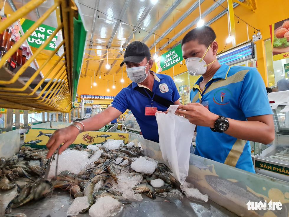 Cán bộ phường, tình nguyện viên cùng đi chợ hộ, mang thực phẩm đến tận nhà dân - Ảnh 2.