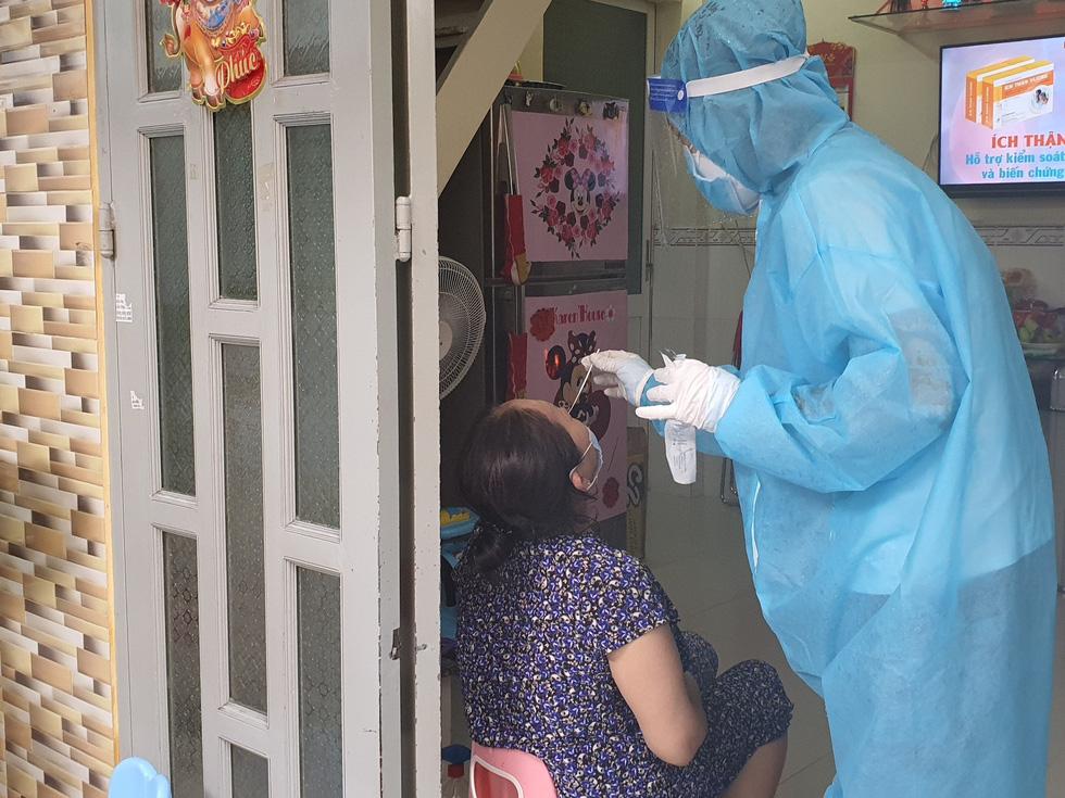 TP.HCM: Xét nghiệm nhanh vùng nguy cơ cao, phát hiện nhiều ca nghi nhiễm - Ảnh 1.