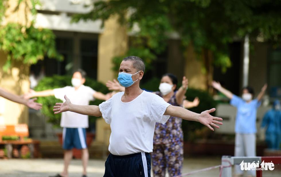 Bệnh viện mở nhạc, F0 hào hứng tập thể dục, ai cũng vui vẻ, lạc quan - Ảnh 1.
