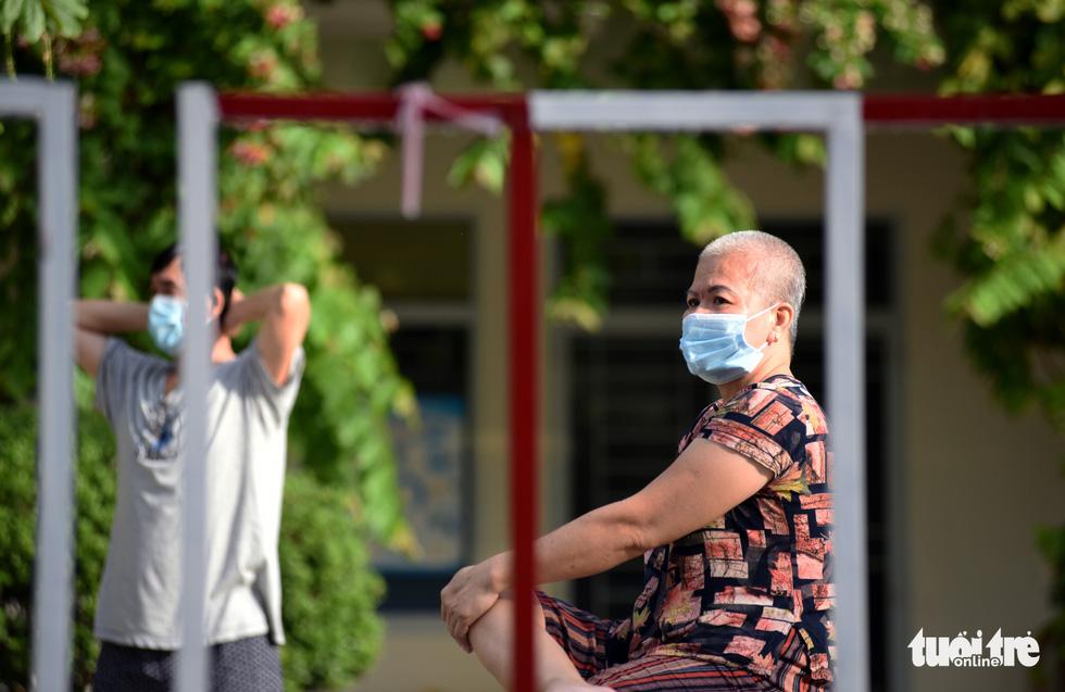 Bệnh viện mở nhạc, F0 hào hứng tập thể dục, ai cũng vui vẻ, lạc quan - Ảnh 2.