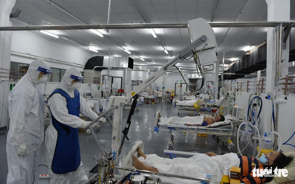 Robot vận chuyển thuốc, thực phẩm, nói chuyện với bệnh nhân ở bệnh viện dã chiến - Ảnh 1.