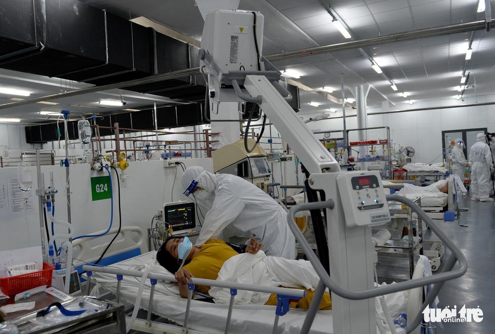 Robot vận chuyển thuốc, thực phẩm, nói chuyện với bệnh nhân ở bệnh viện dã chiến - Ảnh 4.