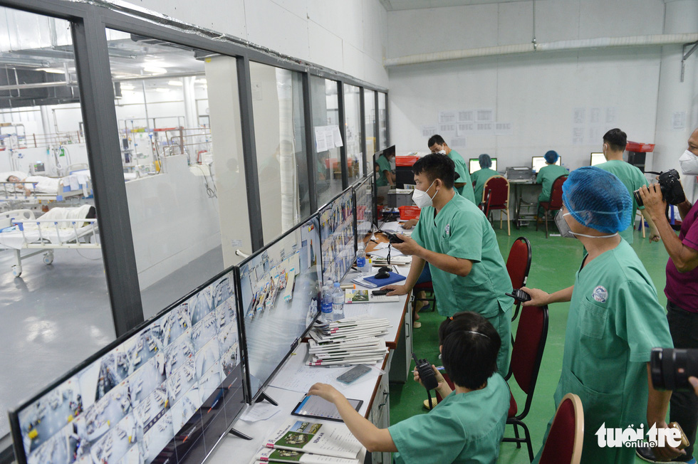 Robot vận chuyển thuốc, thực phẩm, nói chuyện với bệnh nhân ở bệnh viện dã chiến - Ảnh 3.
