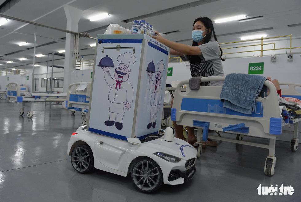 Robot vận chuyển thuốc, thực phẩm, nói chuyện với bệnh nhân ở bệnh viện dã chiến - Ảnh 2.