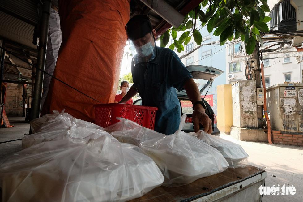 U70 đỏ lửa mỗi ngày nấu cơm trưa giúp người khó khăn - Ảnh 5.