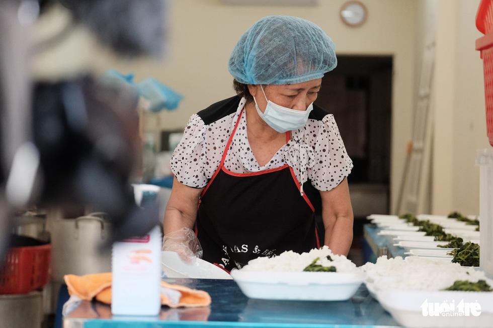 U70 đỏ lửa mỗi ngày nấu cơm trưa giúp người khó khăn - Ảnh 4.