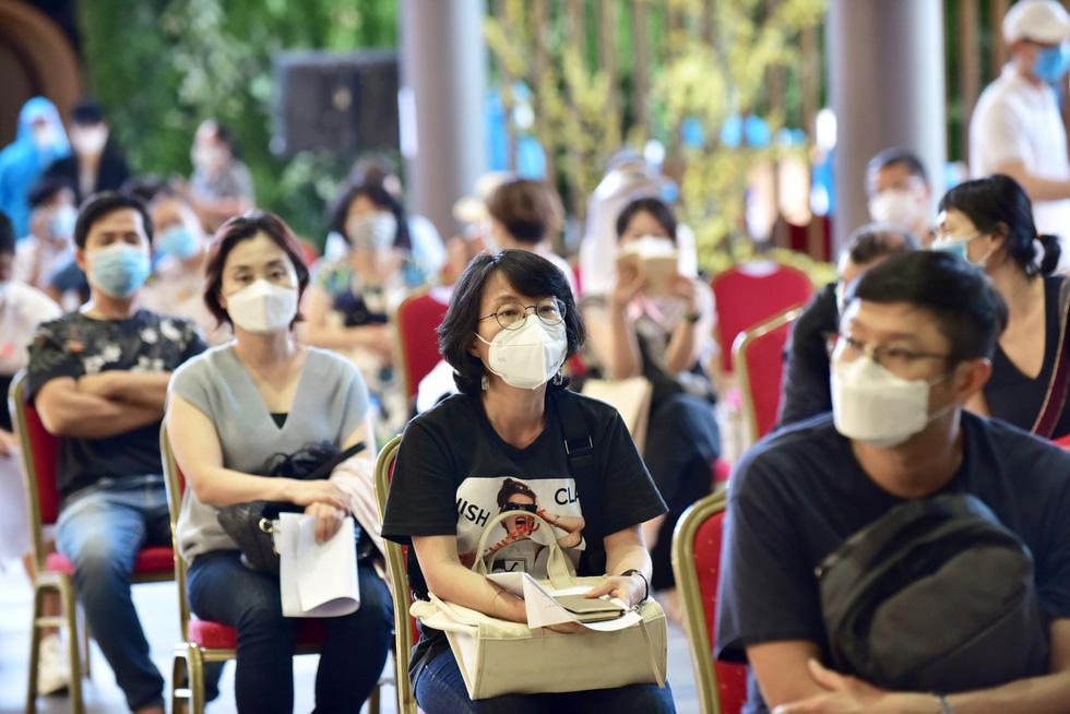 Người nước ngoài được tiêm vắc xin tại TP.HCM: Cảm ơn Việt Nam quan tâm đến chúng tôi! - Ảnh 6.