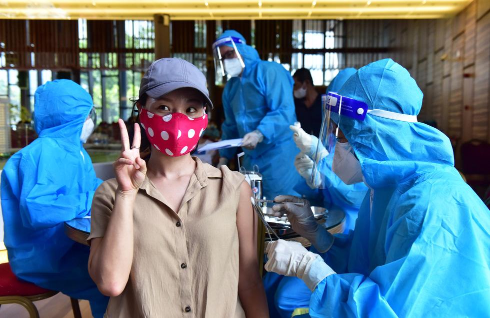 Người nước ngoài được tiêm vắc xin tại TP.HCM: Cảm ơn Việt Nam quan tâm đến chúng tôi! - Ảnh 1.