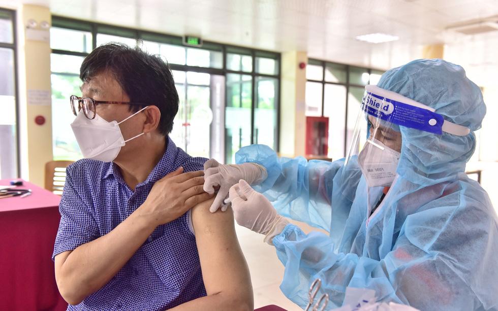 Người nước ngoài được tiêm vắc xin tại TP.HCM: Cảm ơn Việt Nam quan tâm đến chúng tôi! - Ảnh 8.