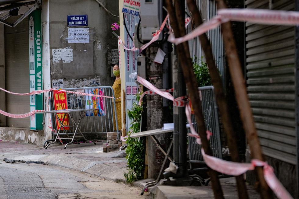 Hà Nội cách ly khu dân cư 900 hộ và 2.800 người vì 18 ca nhiễm COVID-19 - Ảnh 3.