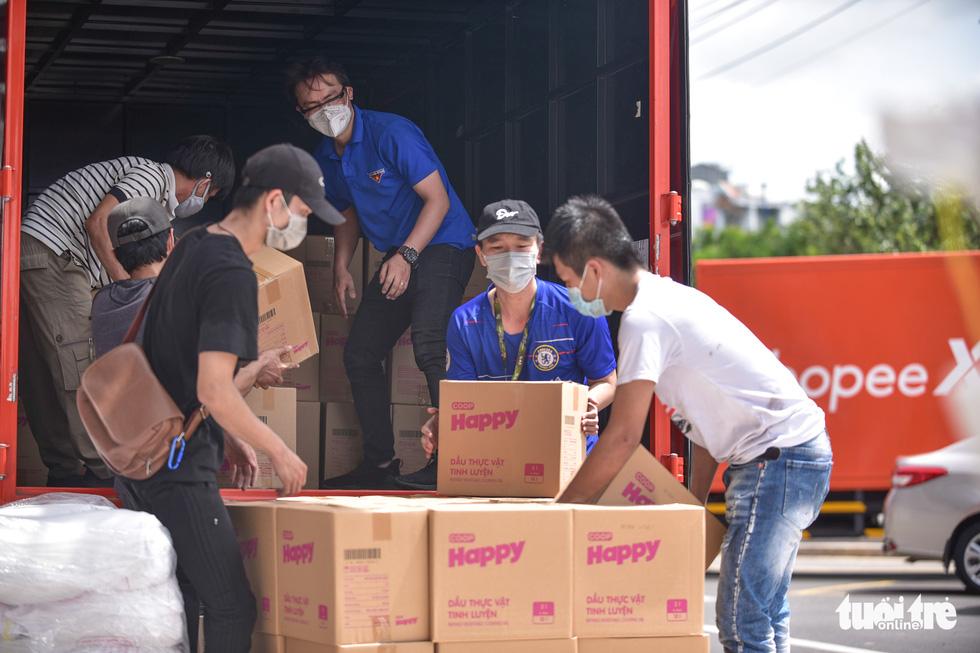 3.000 giỏ quà nghĩa tình lên đường đến với người khó khăn - Ảnh 1.