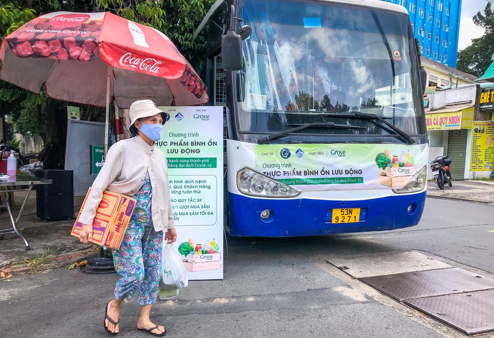 Xe buýt tháo ghế, thành siêu thị mini di động - Ảnh 2.