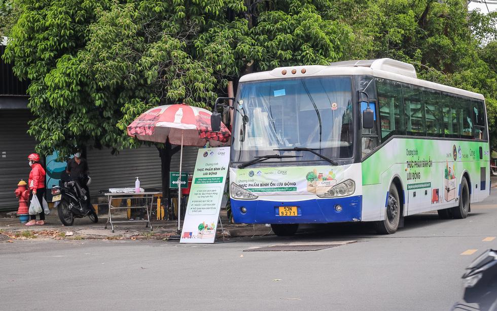 Xe buýt tháo ghế, thành siêu thị mini di động - Ảnh 6.