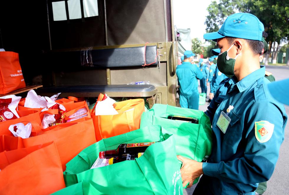 Bộ Tư lệnh TP.HCM gõ cửa từng nhà khó khăn trao quà hỗ trợ - Ảnh 2.