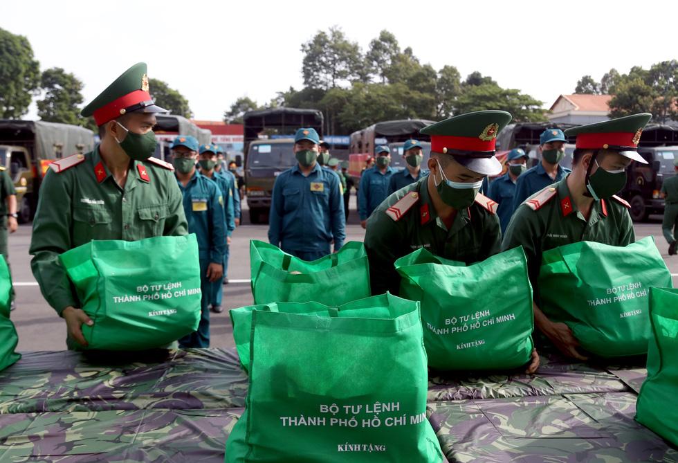 Bộ Tư lệnh TP.HCM gõ cửa từng nhà khó khăn trao quà hỗ trợ - Ảnh 3.