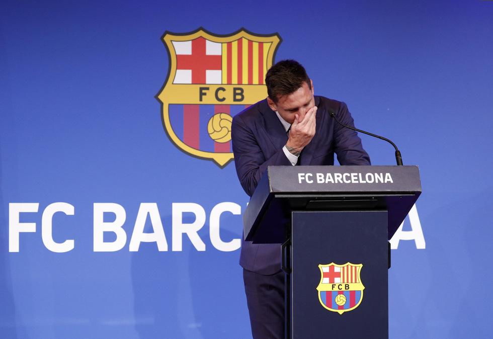 Họp báo bắt đầu: Messi khóc và nói không bao giờ nghĩ tới việc rời Barca - Ảnh 2.