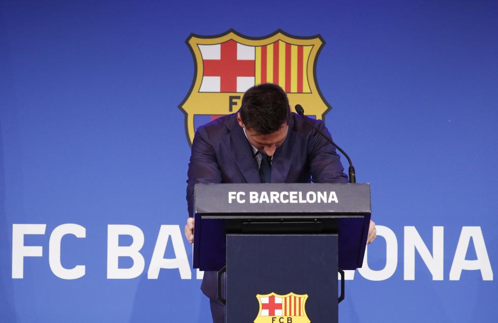 Họp báo bắt đầu: Messi khóc và nói không bao giờ nghĩ tới việc rời Barca - Ảnh 1.