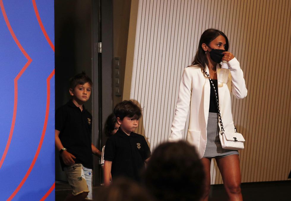 Messi khóc nhiều trong buổi họp báo chia tay Barca, chưa xác định bến đỗ mới - Ảnh 5.