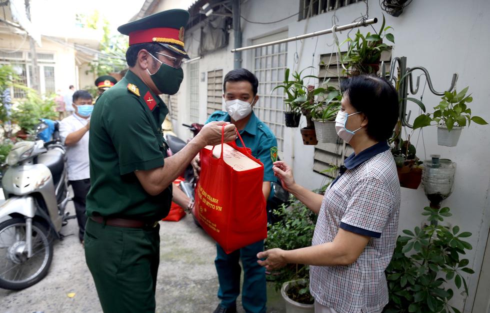 Bộ Tư lệnh TP.HCM gõ cửa từng nhà khó khăn trao quà hỗ trợ - Ảnh 4.
