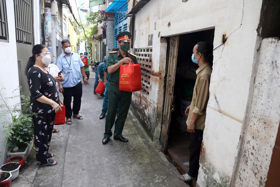 Bộ Tư lệnh TP.HCM gõ cửa từng nhà khó khăn trao quà hỗ trợ - Ảnh 1.