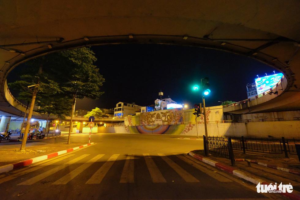 Hình ảnh Hà Nội im vắng trong những đêm giãn cách - Ảnh 10.