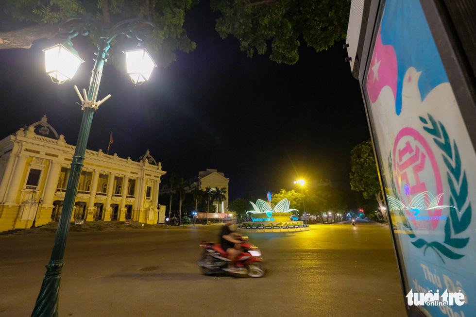 Hình ảnh Hà Nội im vắng trong những đêm giãn cách - Ảnh 4.